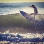 海でサーフィン