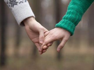 手をつなぐ運命の2人