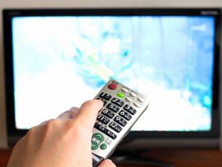 テレビでドラマを見る